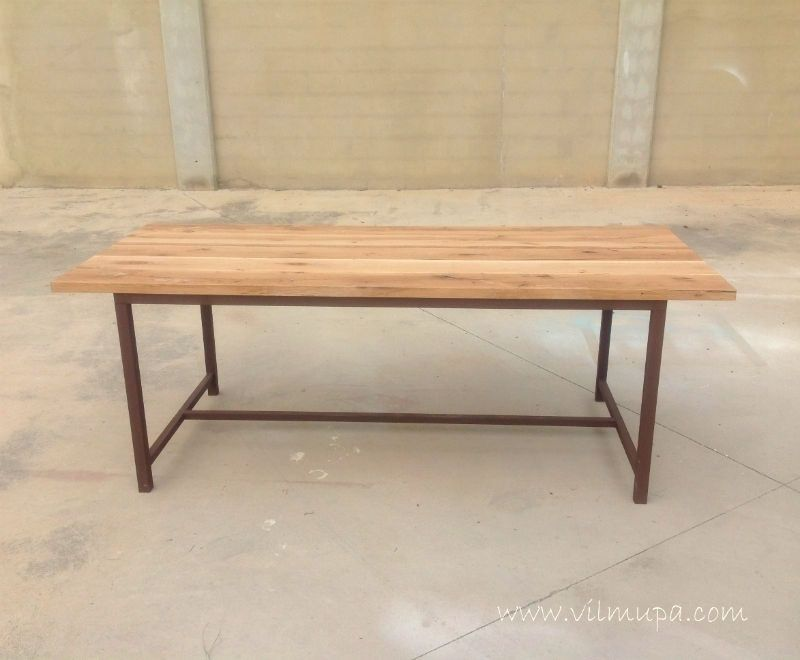 Mesa de comedor de madera natural y metal for Mesas comedor metal
